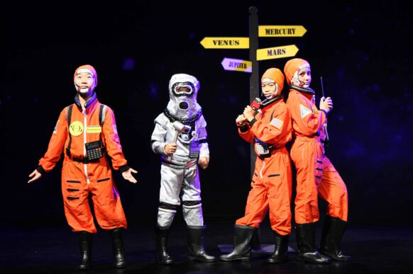Lost in Space - The Musical 01